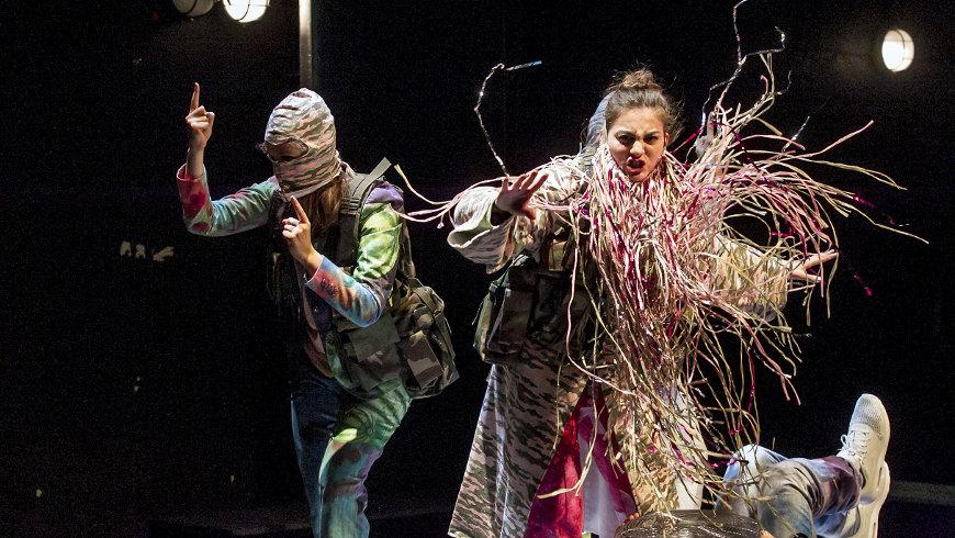 """Junges Schauspiel Düsseldorf mit """"Paradies"""" in Berlin, auf dem Bild: Marie Jensen, Selin Dörtkardeş"""
