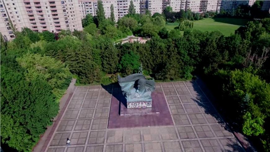 Drohnenflug: Ernst Thälmann Statue