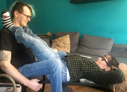 Lisa und David testen sexuelles Hilfsmittel mit Rollstuhl